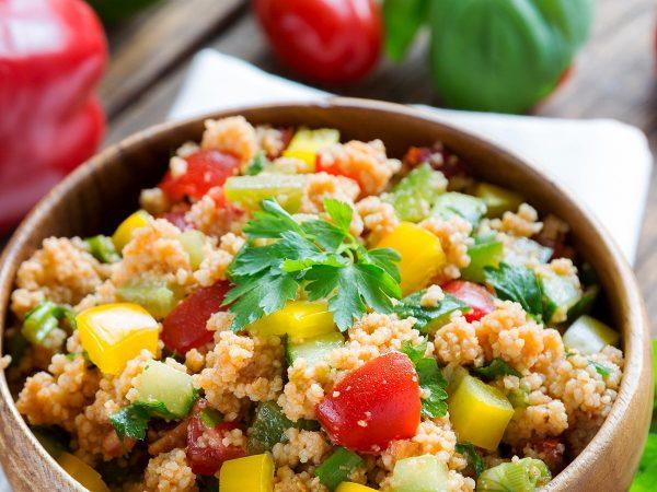 Cous cous di verdure, mandorle e uvetta: il re della tavola estiva