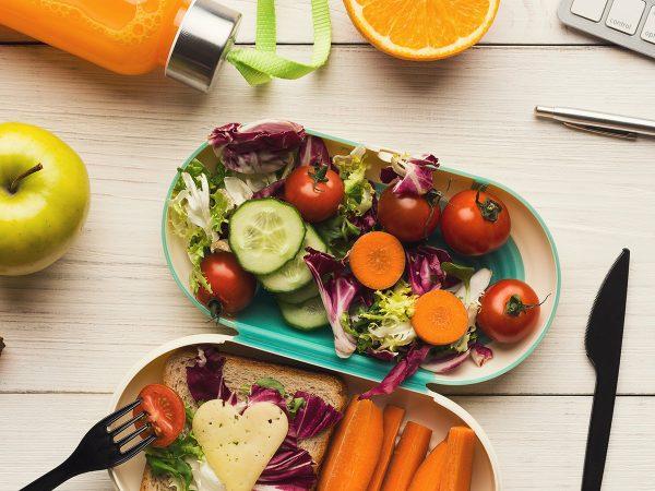 Pranzo in ufficio: come mangiare sano e bene fuori casa