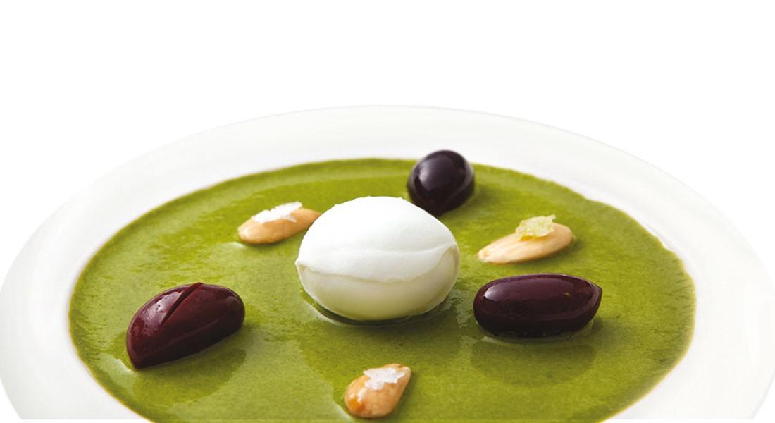 Fantasia di mozzarella, mandorle Ventura e olive su salsa di basilico