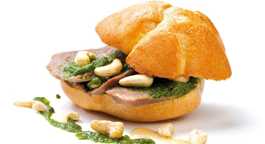 Panini con lingua in salsa verde e crema di anacardi Ventura