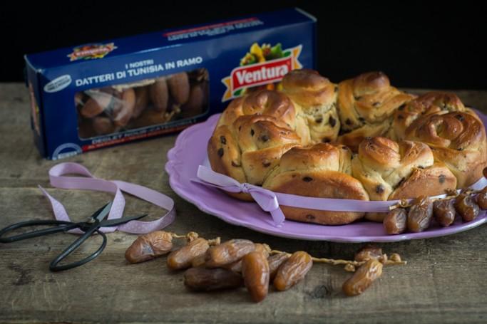 Corona di pan brioche con datteri Ventura e fave Tonka