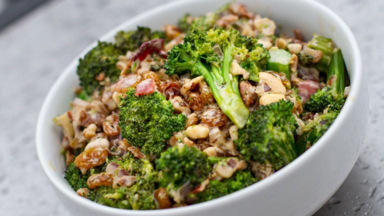 Insalata di broccoli con bacon, cipolla rossa, noci sgusciate e uvetta Ventura