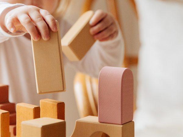 costruzioni in legno mani bambino piccolo
