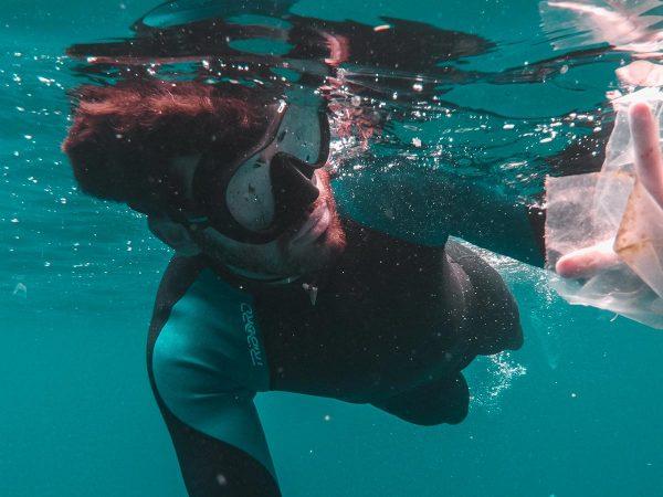 inquinamento marino sub busta di plastica
