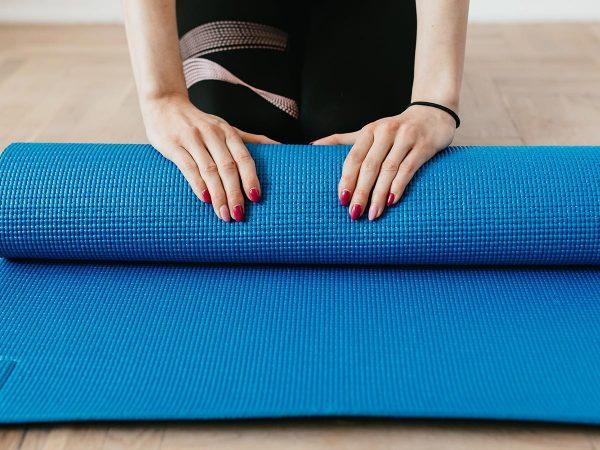 mani donna smalto tappetino yoga fitness inizio fine allenamento